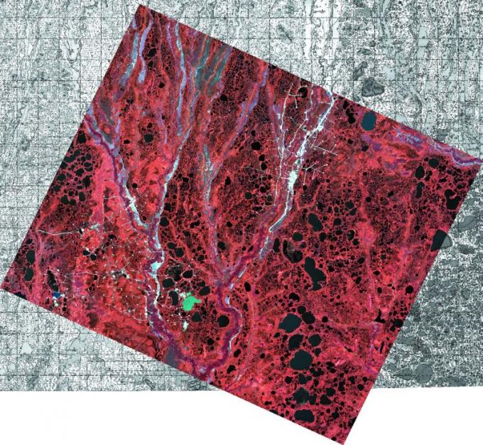 Рис. 1. Космический снимок, наложенный на топографическую основу. На краях снимка хорошо видно совпадение контуров рек и озер на снимке и на карте, что свидетельствует о высоком качестве привязки.